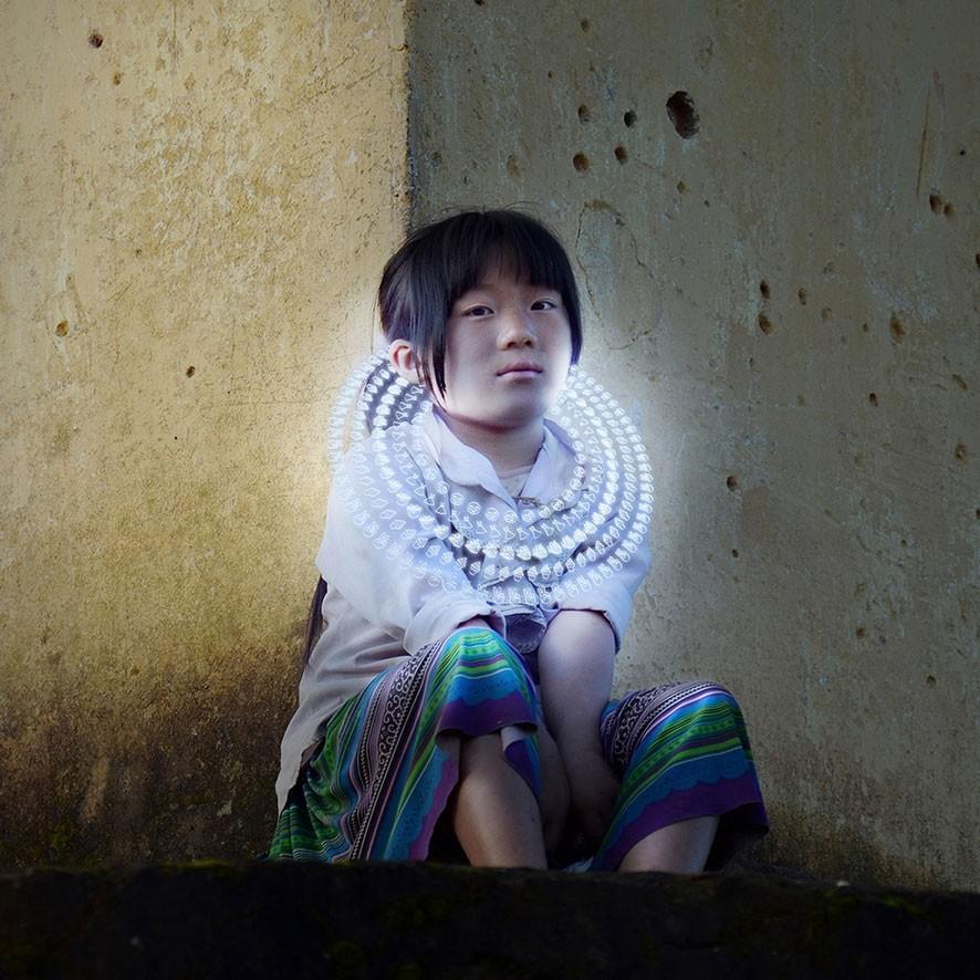 Gabriele Zago -  We Share Pain, We Share Joy Vietnam - collar white